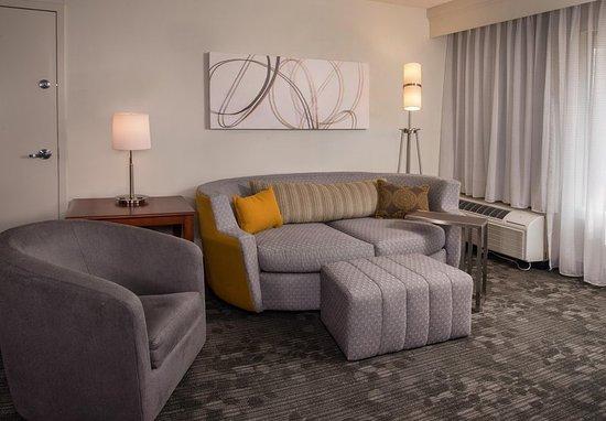 Greenbelt, MD: Queen/Queen Suite Parlor - Living Room