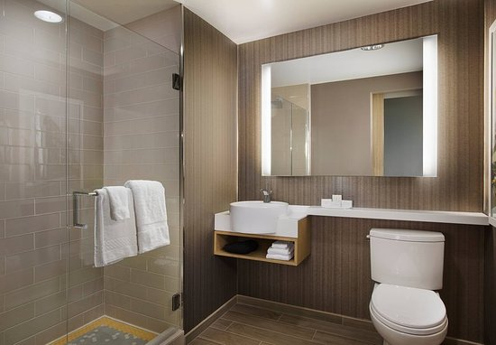 Courtyard San Diego Gaslamp/Convention Center: Guest Bathrooms