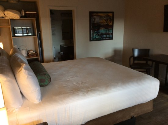 Inn at Pasatiempo: The bed is extremely comfortable, and the bathroom is very nice.