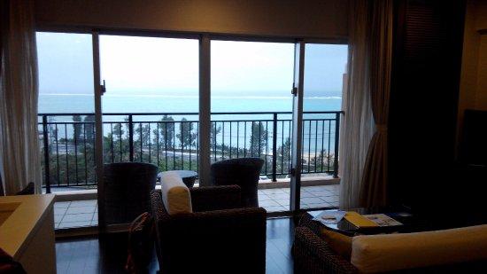 Kafuu Resort Fuchaku Condo Hotel: 客廳露臺有寬闊海景視野
