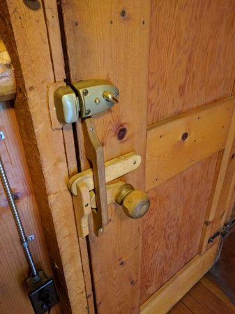 Silver Gate, MT: Weird door knob. Be careful or it won't close properly.