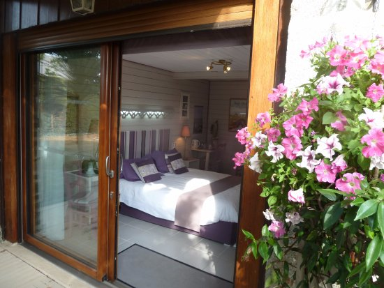 Ceaux, France: Chambre Jardin RDC avec grande baie vitrée