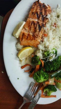 Lawrence, นิวยอร์ก: Salmon with fresh veggies