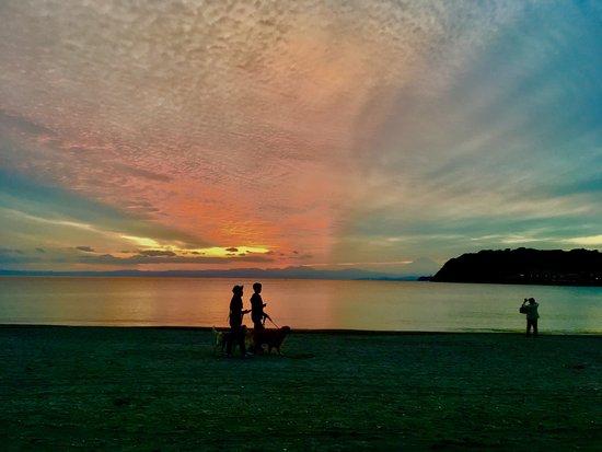 晩秋の台風一過の逗子海岸の夕日。iPhoneで加工。