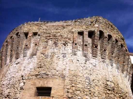 Canzano, Italia: Laterizi e pietre .... marroni !