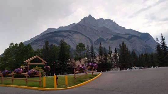 Banff Rocky Mountain Resort: View from Front enterance