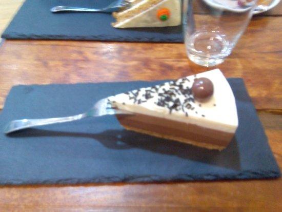 Los Corrales de Buelna, Spain: tarta 3 chocolates y carrot cake