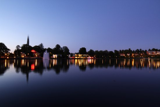 Vaxjo, Suecia: Lake Växjö with the cathedral in the background.