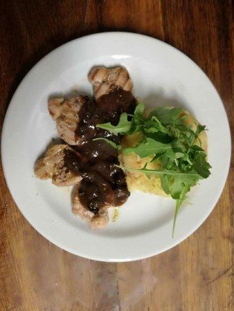 Restaurace Rachel: Medailonky z vepřové panenky se švestkovou omáčkou a šťouchanými bramborami s cibulkou