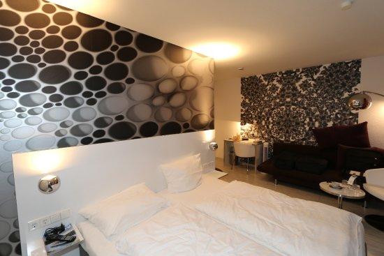 Hotel Lu0027adresse: Das Doppelbett Mit Indirekter Beleuchtung In Sehr Schicker  Ausführung.