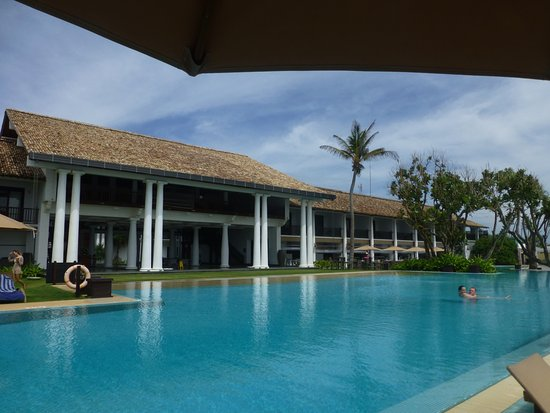 The Fortress Resort & Spa: Pool in front of hotel
