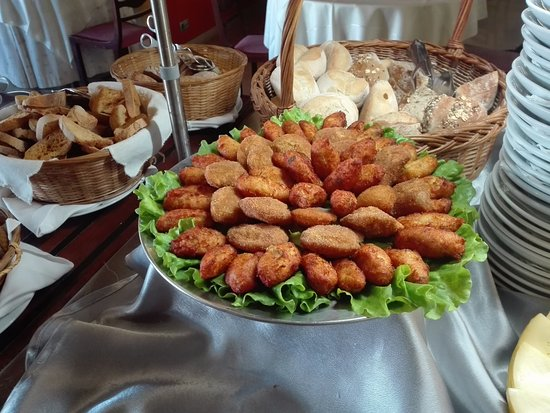 Marinha Grande, Portugalia: Os salgados estão sempre presentes no nosso buffet