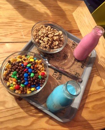 Cereales y leche de colores