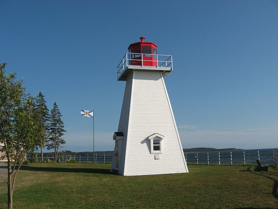 St. Peter's, Kanada: Jerome Poiint Lighthouse displays a fixed red at night as opposed to a flashing white.