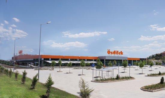 Usak, Turki: Özdilek Uşak AVM, hipermarketi, departman mağazası, kafe ve restoranıyla hizmet sunmaktadır.