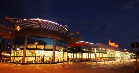 Özdilek Turgutlu AVM, hipermarketi, departman mağazası, kafe ve restoranıyla hizmet sunmaktadır.