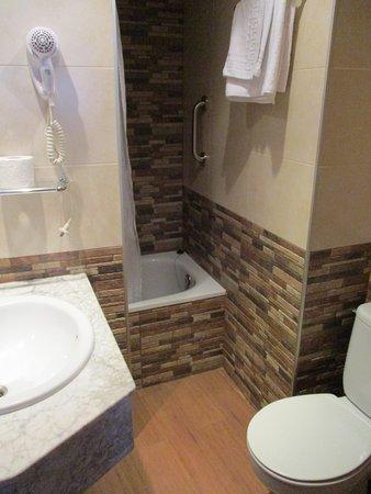 Hotel Cortes: single room bathroom