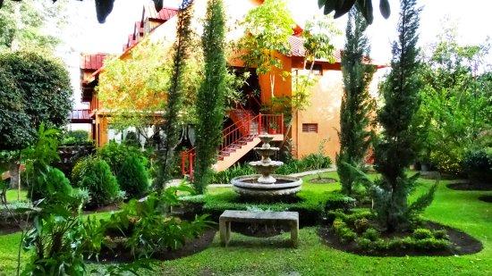 Rancho Constanza: Jardín frente a las villas