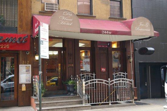 Da Vinci Hotel: L'entrée avec l'escalier derrière les grilles qui mène au restaurant