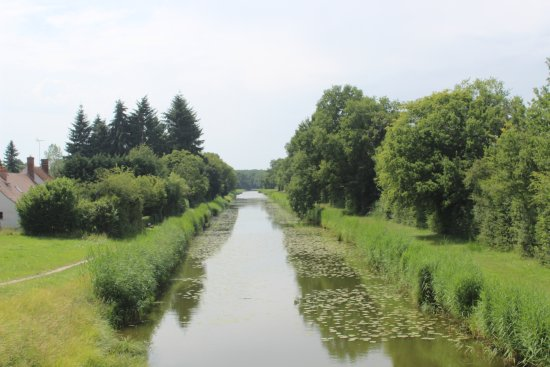 Combreux, Francia: The canal a couple of minutes' walk from the Auberge
