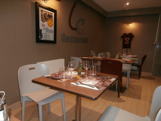 La Riviere-Saint-Sauveur, Francia: Salle de restaurant, décor sympa, mais effet de cantine. Aménagement à revoir.