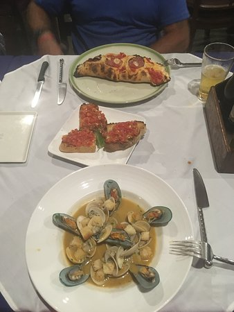 Marco Polo Resort & Restaurant: Calzone, bruschetta, and seafood in tomatoe wine sauce