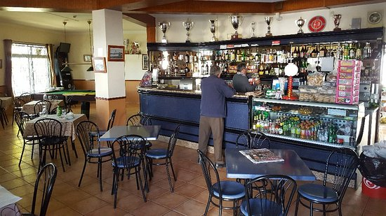 Moncarapacho, Portugal: Bar area with tables.
