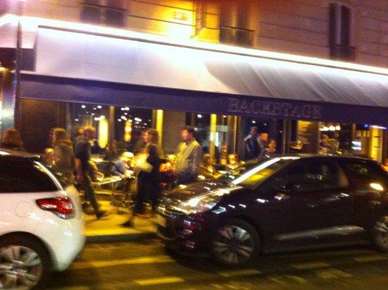 Backstage cafe: Terrasse vue de la rue