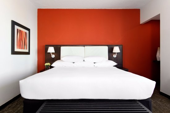 Doubletree by Hilton San Juan: Corner Room with a King Bed
