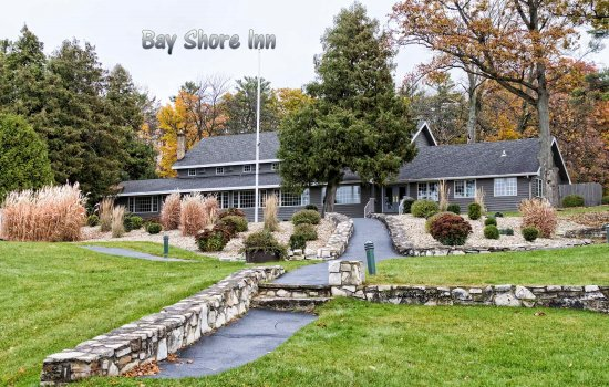 Bay Shore Inn: Ground between buildings. Landscaping is outstanding.