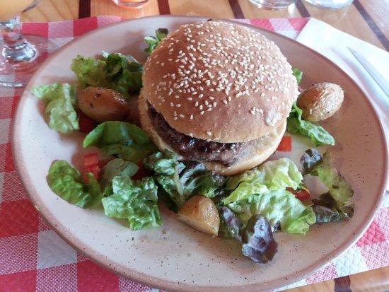 Fontenay-le-Comte, Frankrig: burger campagnard , steak maison chèvre , bacon et oignon rouge. Un délice :)
