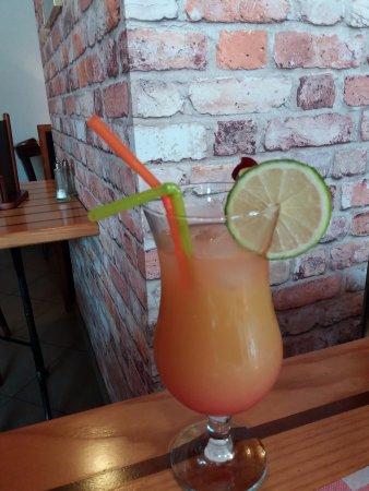 Fontenay-le-Comte, Frankrig: Cocktail sans alcool : orange , grenadine et multifruits