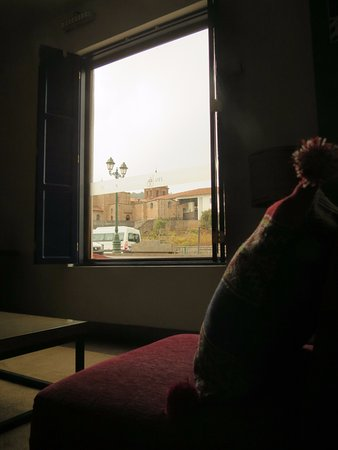 San Agustin Plaza: Vista a Qurikancha desde la recepción