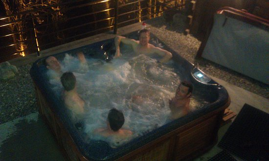 Verchaix, Frankrig: Enjoying the hot tub on the terrace