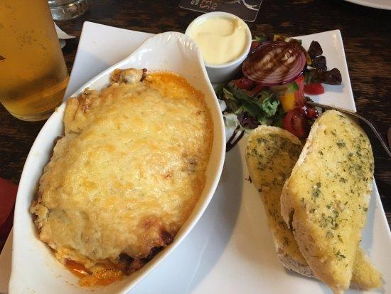 Square & Compass Pub Ashill: Lasagne and garlic bread - salad cream special request