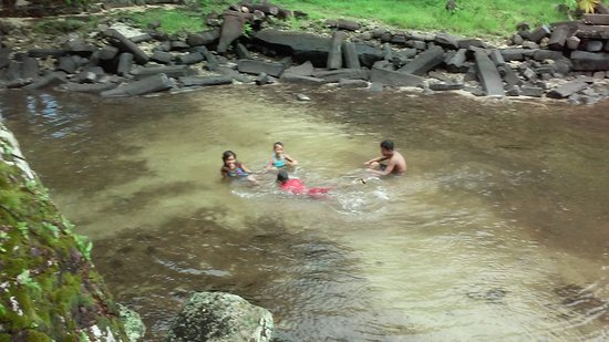 Pohnpei, Negara Federasi Mikronesia: Local children swimming in the sunlit ruins of Nan Madol.