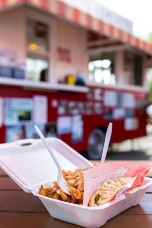 Becancour, Canada: Le spécial du Capitaine! Hot dog vapeur et poutine.