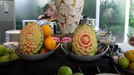 Shinta Mani Shack: watermelon art at the breakfast buffet