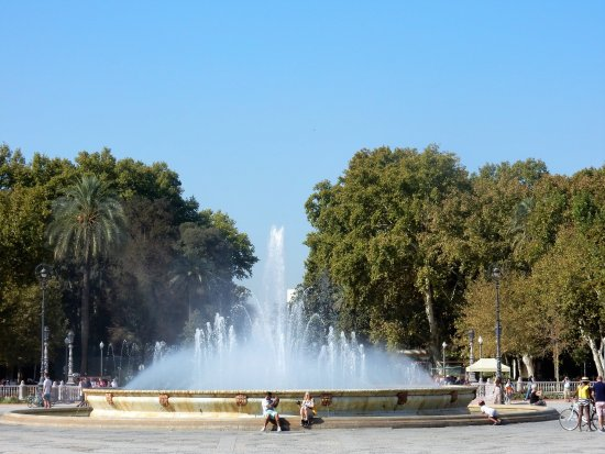Parque de Maria Luisa: Looking towards the park from the Plaza