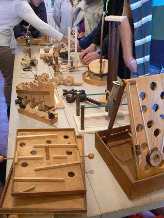 Pujols, ฝรั่งเศส: Jouets disposés sur la table avec lesquels on peut jouer