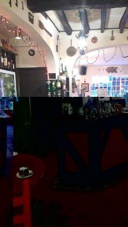 Bari Ristorante: Immaculate bar area /counter leading to shop front area