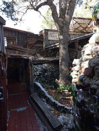 Sandia Park, Nuevo Mexico: The pathway through a courtyard