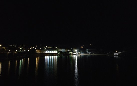 Siros, Grecia: Vari by night, with the hotel in the middle.