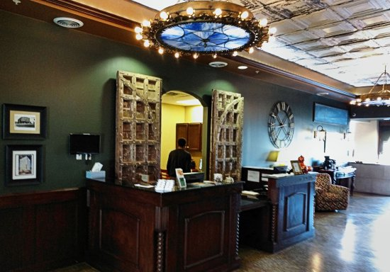The Campbell Hotel: Front desk and entrance lobby