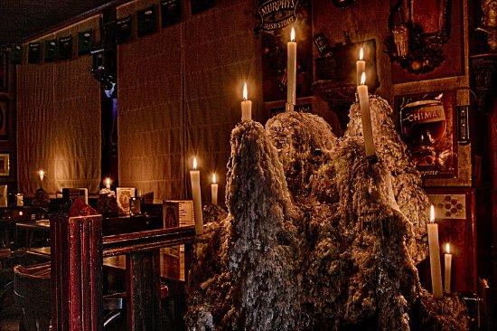 Wspólnota Madrytu, Hiszpania: Cervecería iluminado a través de las velas, con mas de 100 tipos de cervezas
