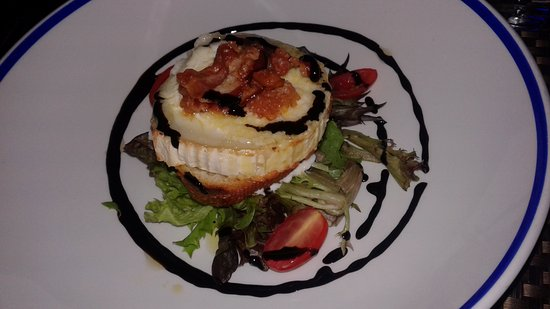 Bellagio: Grilled goat cheese saad with crispy pancetta & balsamic glaze