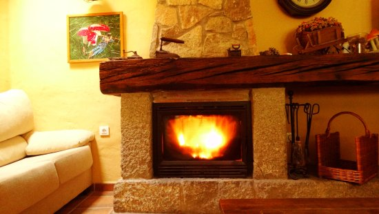 San Martin del Pimpollar, Spain: a la chimenea nunca le faltaban ascuas
