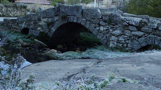 San Martin del Pimpollar, Spain: antiguo puente de características románicas.