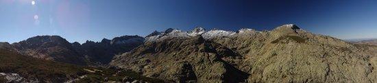 San Martin del Pimpollar, Spanien: panorámica camino al mirador de la plataforma. ascensión de nivel 1 (sin nieve).