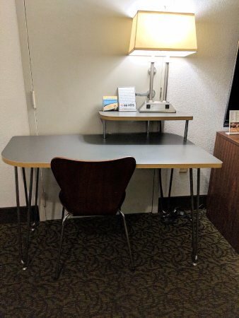 Super 8 by Wyndham Gainesville: Nice space, but not adjustable chair.